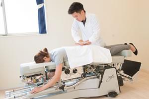 トムソンベッドによる骨盤矯正の施術写真